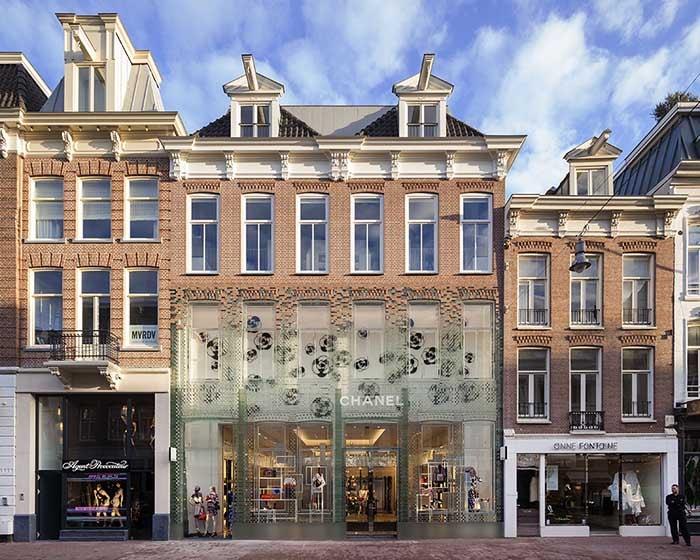Kijken: nieuw winkelpand met glazen gevel aan de PC Hooftstraat