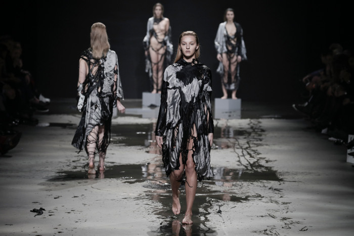 Amsterdam Fashion Week: Jef Montes laat collectie oplossen in water