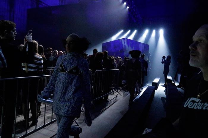 Maison the Faux houdt spiegel voor aan publiek Amsterdam Fashion Week