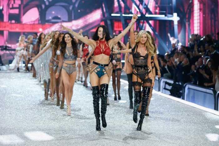 In beeld: de Victoria's Secret Fashion Show 2016 in Parijs