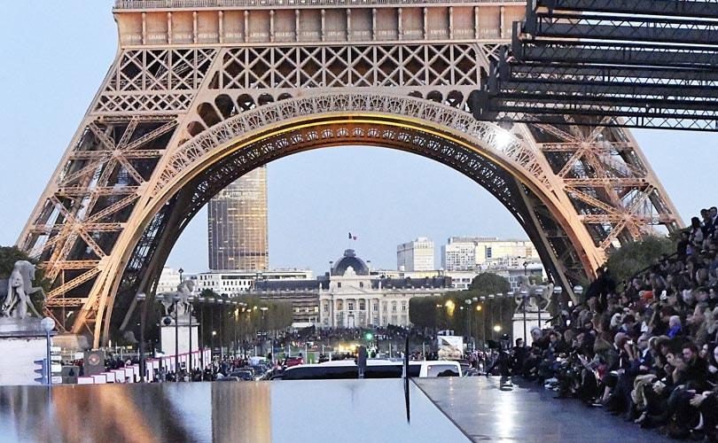 Kleine tassen en grote brillen: dit zijn de grootste trends gezien op Fashion Week Parijs