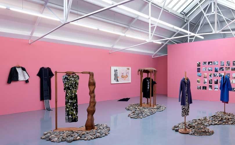 Kijken: Kunstenaar gebruikt kleding Agnès B. voor kunstinstallatie