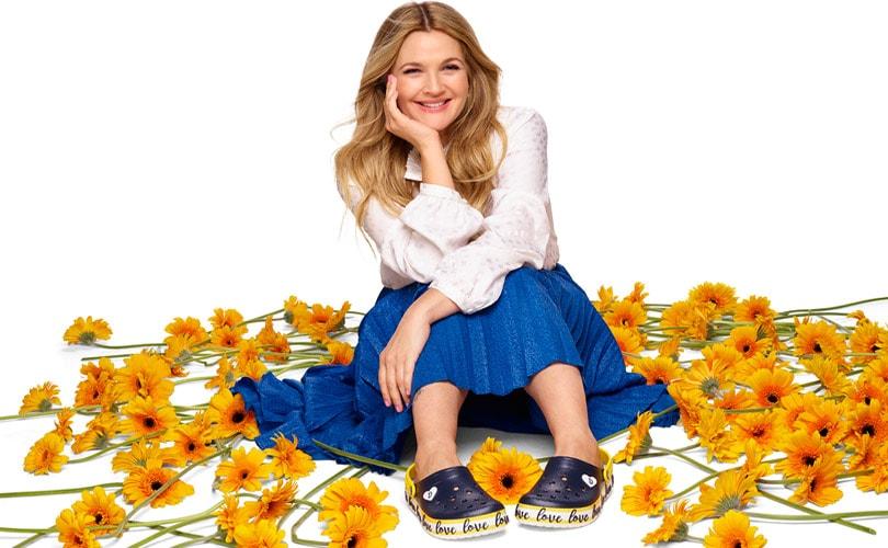 In beeld: de eerste celebrity-samenwerking van Crocs met Drew Barrymore