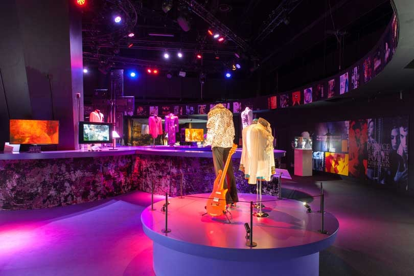 Beurs van Berlage toont kledingstukken artiest Prince