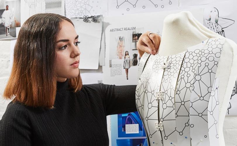 Veelbelovende modestudent Aurélie Fontan ontwerpt voor Samsung