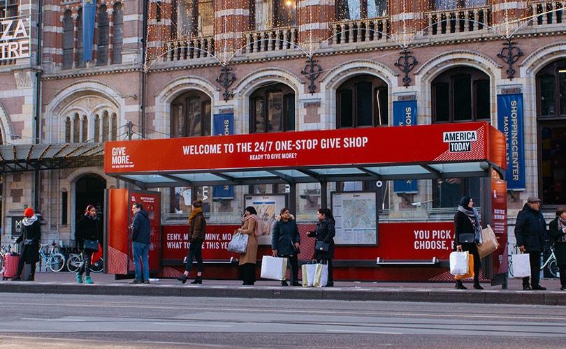 Zien: consumenten in Amsterdam kunnen America Today-producten uit de muur halen