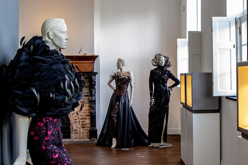 Zien: eerste beelden tentoonstelling 'Het Meisje, De Jurk en De Parel'