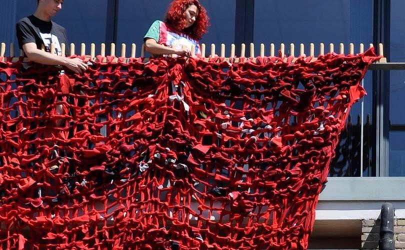 Conny Groenewegen verwerkt afgedankte fleecetruien tot kunstwerk in OBA