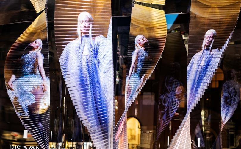 Kijken: Iris van Herpen ontwerpt kunstwerken voor Swarovski-winkel