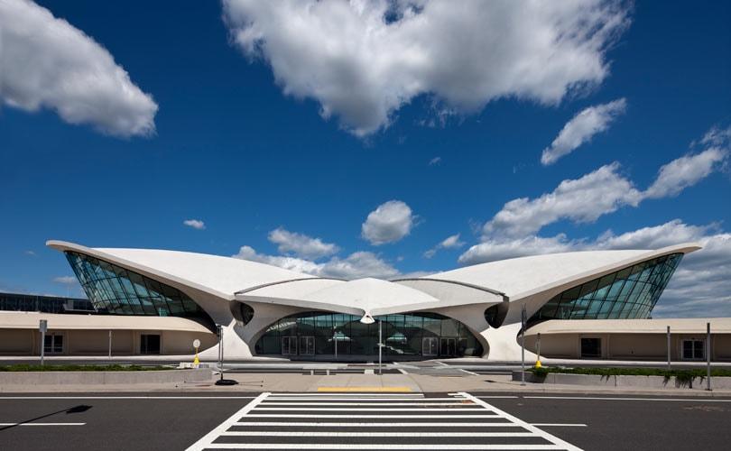 Louis Vuitton presenteert zijn cruise-collectie 2020 in het vernieuwde TWA Flight Center in New York