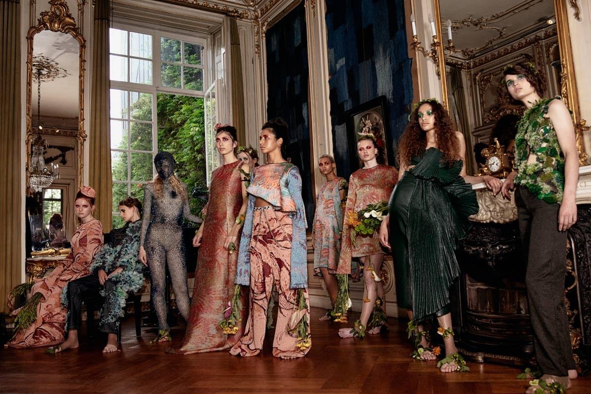 HAUTE NATURE: dromerige coutureshow in een zee van bloemstillevens