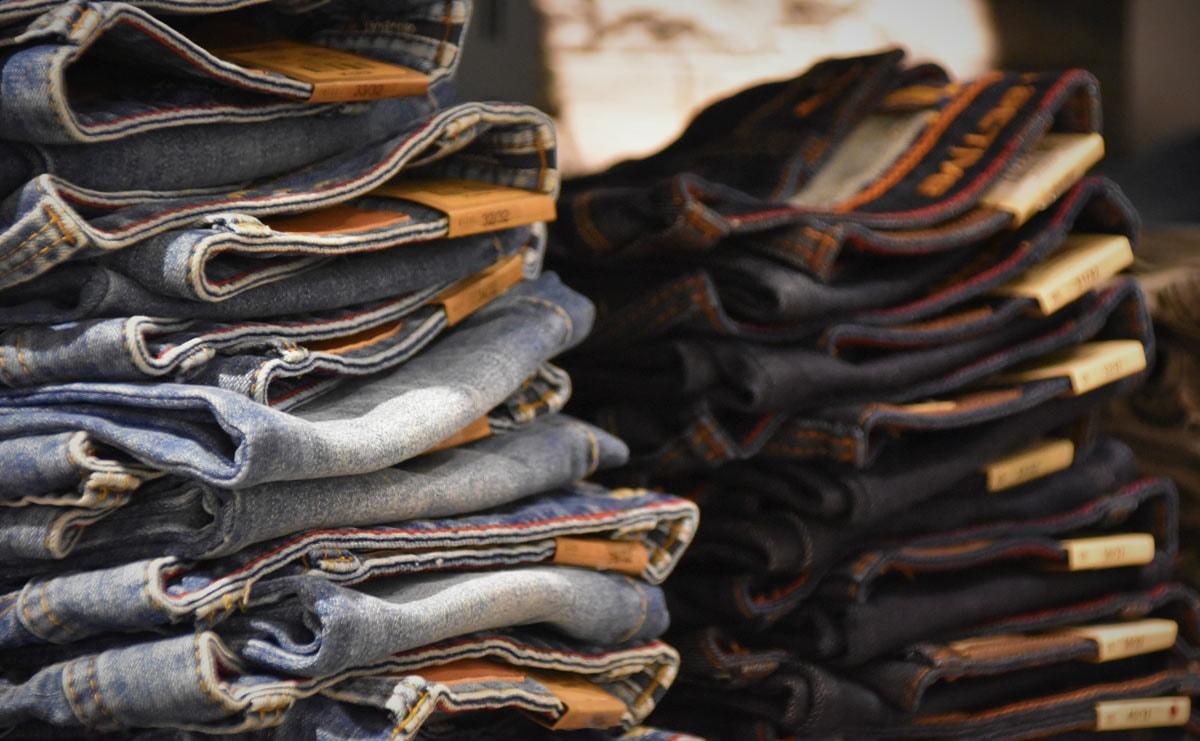 Onderzoek ABN Amro: 'Spijkerbroek hoort 33 euro duurder te zijn'