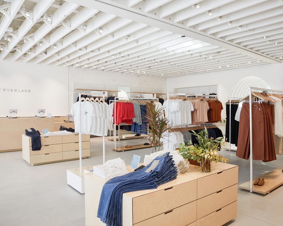 Everlane introduceert paskamer service in nieuwe LA winkel