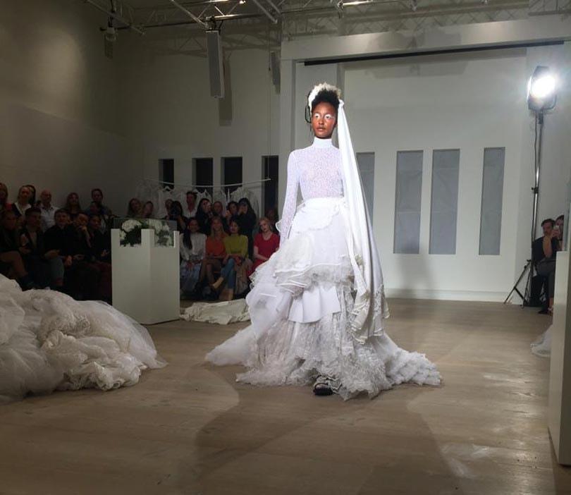 Tesswithlotte laat publiek wegdromen bij demi-couture van vintage trouwjurken