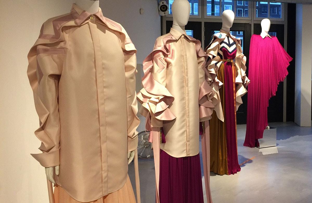 Binnenkijken: couture en kunst Claes Iversen tentoongesteld in hotel MAI