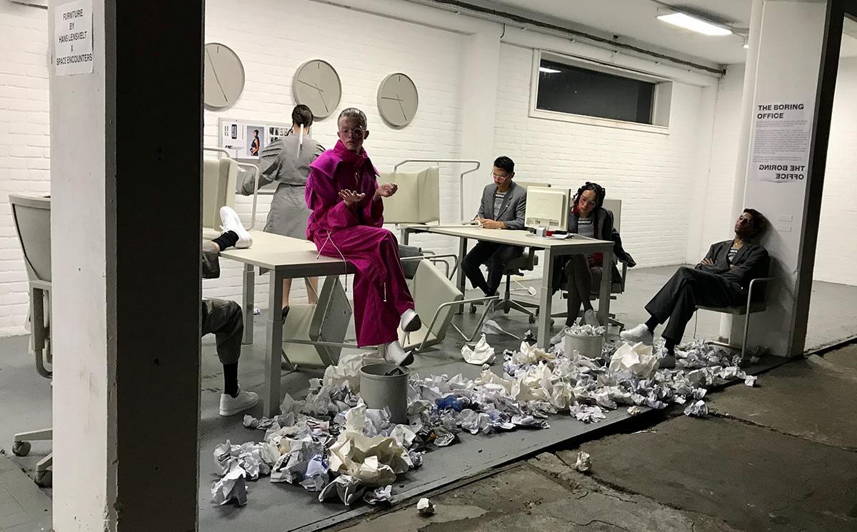 Reconstruct Collective presenteert gereconstrueerde pakken in een nagebootste werkomgeving