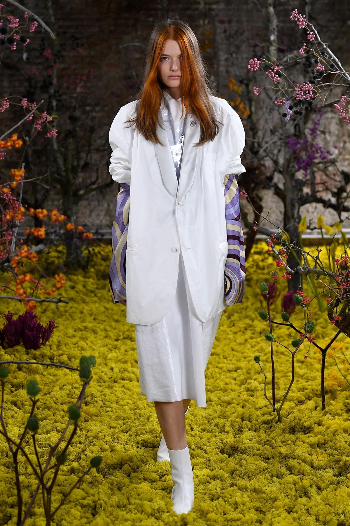 Kijken: De eerste damescollectie bij modehuis Raf Simons