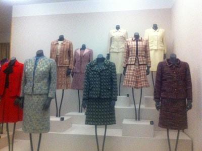 Het leven van Chanel door haar mantelpakjes